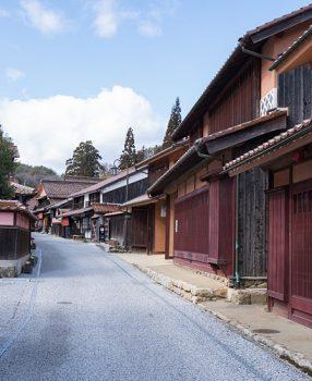 赤い町!岡山県の山里にはベンガラに染められた赤一色の町があった!