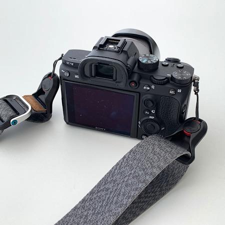 カメラストラップの私流付け方、チョイチョイ質問されるので記事にしました。(SONY α7Ⅲとα6400とも同じ仕様です)