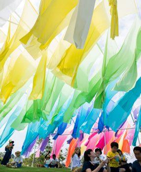 滋賀県箱館山にたなびく、色とりどりの高島ちぢみが織りなす虹のカーテンに行ってきた