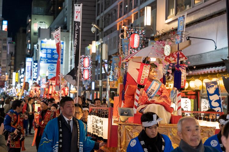 大阪なんばを幻想的に練り歩く、夜の宝恵かご行列に行ってきた